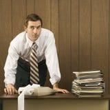 Mann mit den Händen auf Schreibtisch. lizenzfreie stockfotografie