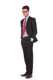 Mann mit den Händen in den Taschen lächelt Lizenzfreies Stockbild