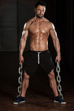Mann mit den Ketten, die seinen gut ausgebildeten Körper zeigen Stockfotografie