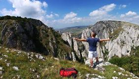 Mann mit den offenen Armen, die frei glauben Stockbilder