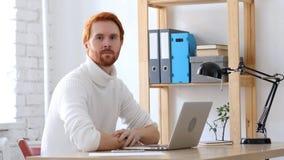 Mann mit den roten Haaren, die in Richtung der Kamera blicken Lizenzfreie Stockbilder