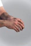 Mann mit den schmutzigen Händen auf grauem Hintergrund Lizenzfreies Stockbild