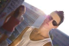 Mann mit den sunglass, die Kamera betrachten stockfotografie