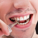 Mann mit den weißen Zähnen lizenzfreies stockfoto