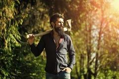 Mann mit der Axt im Freien Lizenzfreies Stockbild
