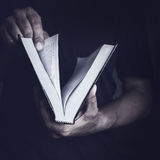 Mann mit der Bibel lizenzfreies stockfoto