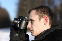 Mann mit der Foto-Kamera horizontal Stockbild
