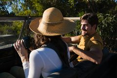 Mann mit der Frau, die Straßenfahrzeug abtreibt Lizenzfreie Stockbilder