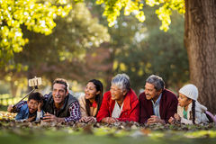 Mann mit der frohen Familie, die selfie nimmt stockfotografie