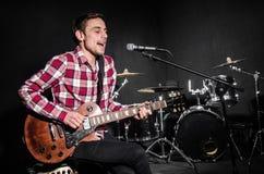 Mann mit der Gitarre während des Konzerts Stockfoto