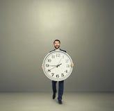 Mann mit der großen Uhr, die vorwärts geht Lizenzfreie Stockbilder