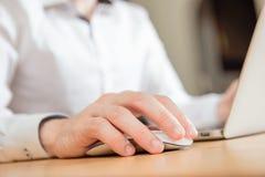 Mann mit der Hand auf Maus Stockfotos