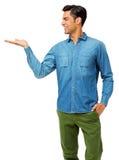 Mann mit der Hand in der Tasche, die unsichtbares Produkt hält Stockbild
