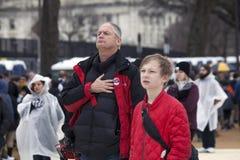 Mann mit der Hand zum Herzen während der amerikanischen Hymne an Einweihung O Stockbild