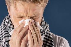 Mann mit der Kälte- und Grippekrankheit, die unter Kopfschmerzen und einem Husten leidet Hintergrund für eine Einladungskarte ode lizenzfreie stockbilder