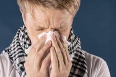 Mann mit der Kälte- und Grippekrankheit, die unter Kopfschmerzen und einem Husten leidet Hintergrund für eine Einladungskarte ode stockfoto