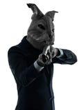 Mann mit der Kaninchenmaskenjagd mit Schrotflinteschattenbildporträt Stockbild