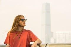 Mann mit der ONG-Haar-Aufwartung stockfotos