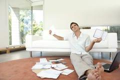 Mann mit der Schreibarbeit, die auf Fußboden sitzt Lizenzfreie Stockbilder