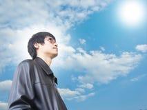 Mann mit der Sonne lizenzfreie stockbilder