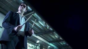 Mann mit der Sonnenbrille, welche die aridrums mit Trommel spielt, haftet nachts in LangsammO stock video footage