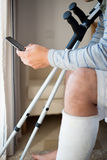 Mann mit der Verletzung, die einen Anruf macht stockfoto