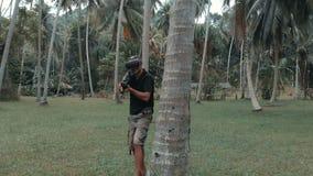 Mann mit der Waffe, die Spiel der virtuellen Realität im Dschungel, Brummenschuß spielt stock video