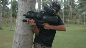 Mann mit der Waffe, die Spiel der virtuellen Realität im Dschungel, Brummenschuß spielt stock footage