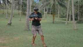 Mann mit der Waffe, die Spiel der virtuellen Realität im Dschungel spielt stock video footage