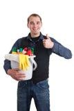 Mann mit der Wanne voll von den Reinigungsprodukten Stockbild