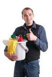 Mann mit der Wanne voll von den Reinigungsprodukten Stockfotografie