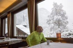 Mann mit der Winteransicht Stockbild