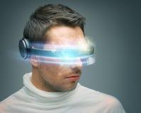 Mann mit digitalen Gläsern Stockbild