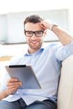 Mann mit digitaler Tablette Stockbild