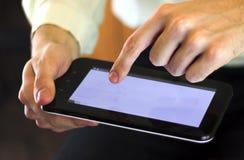 Mann mit digitaler Tablette Lizenzfreie Stockfotos