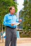 Mann mit Dokumenten in seiner Hand Stockfotografie