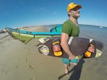 Mann mit Drachen und Wakeboard Stockfotos