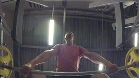 Mann mit einem Barbell stock video footage