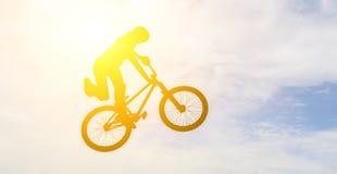 Mann mit einem bmx Fahrrad Lizenzfreies Stockbild