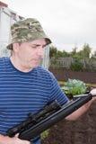 Mann mit einem Bolzenschussapparat Lizenzfreie Stockfotografie