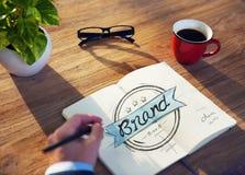 Mann mit einem Briefpapier mit Marken-Konzept Stockbilder