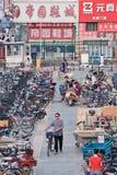 Mann mit einem Fahrrad lässt ein Parken in einem Gewerbegebiet, Peking, China lizenzfreie stockfotos