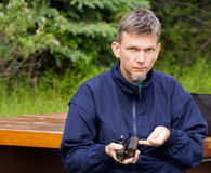 Mann mit einem Feldstecher Stockfotografie