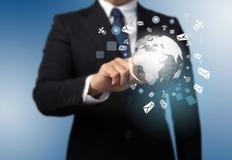 Mann mit einem globalen Technologiehintergrund Stockfotos