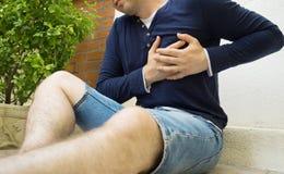 Mann mit einem Herzinfarkt stockbilder