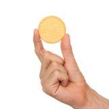 Mann mit einem Keks in seiner Hand Lizenzfreie Stockbilder