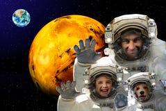 Mann mit einem Kind und einem Hund im Kosmos Lizenzfreie Stockfotos