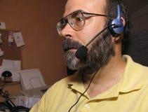 Mann mit einem Kopfhörer lizenzfreie stockfotos