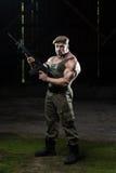 Mann mit einem Maschinengewehr Lizenzfreie Stockfotos