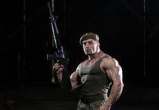 Mann mit einem Maschinengewehr Stockfotos